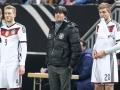 Bundestrainer Joachim Loew (Mitte) bei der Einwechselung von Andre Schuerrle (L) und Christoph Kramer beim Testspiel Deutschland gegen Australien in Kaiserslautern, AFP PHOTO / DANIEL ROLAND