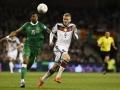 Andre Schürrle gegen Irland in Dublin am 8.October 2015 im weißen 4Sterne Trikot.  AFP PHOTO / TOBIAS SCHWARZ