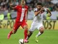 Deutschlands Abwehrspieler Emre Can und Polens Mittelfeldmann Kamil Grosickiam 4.September 2015.  AFP PHOTO / DANIEL ROLAND