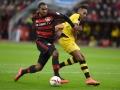Dortmund's Pierre-Emerick Aubameyang (R) gegen Leverkusen's Jonathan Tah am 21.Februar 2016. / AFP PHOTO / PATRIK STOLLARZ