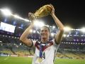 Julian Draxler mit dem Weltpokal in Brasilien (Foto AFP)