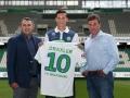 Julian Draxler posiert mit Wolfsburg's Sportdirektor Klaus Allofs (L) und Trainer Dieter Hecking (R) in der Volkswagen-Arena in Wolfsburg am 1.September 2015. AFP PHOTO / RONNY HARTMANN
