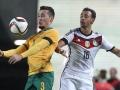 Karim Bellarabi (R) und Australiens Verteidiger Jason Davidson im Kampf um den Ball beim Spiel Deutschland gegen Australien in Kaiserslautern am 25.März 2015. AFP PHOTO / DANIEL ROLAND