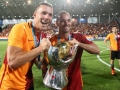 Galatasaray's neuer Stürmer Lukas Podolski (L) und der Holländer Wesley Sneijder feiern den Gewinn des Turkish Super Cup finale am 8.August 2015 in Ankara. AFP PHOTO / ADEM ALTAN