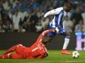 Der Kolumbianer des FC Porto Jackson Martinez (R) kämpft mit Bayern Münchens Manuel Neuer beim UEFA Champions League Viertelfinal-Hinspiel am 15.April 2015.   AFP PHOTO / MIGUEL RIOPA