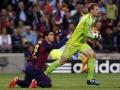 Barcelona's Luis Suarez (L) gestikuliert auf Foul von Manuel Neuer  AFP PHOTO/ QUIQUE GARCIA