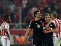 Bayern Münchens Thomas Müller (L) und Mario Götze nach ihren Toren gegen Olympiakos in der Champions League im Karaiskaki stadium in Athen am 16.September 2015. AFP PHOTO / ARIS MESSINIS