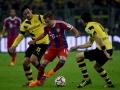 Dortmund's Neven Subotic (R) und Mats Hummels (L) gegen Bayern Münchens Mario Goetze im Bundesliga match Borussia Dortmund gegen FC Bayern München in Dortmund am 4.April 2015 (AFP PHOTO /  PATRIK STOLLARZ)