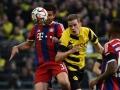 Dortmund's Matthias Ginter und Bayerns Xabi Alonso (L)  beim Bundesliga match Borussia Dortmund gegen FC Bayern München in Dortmundam 4.April 4 2015.  AFP PHOTO /  PATRIK STOLLARZ