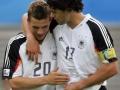 Lukas Podolski (L) gratuliert Michael Ballack zu seinem Tor beim Confederations cup zwischen Deutschland und Mexico am 29. Juni 2005 in Leipzig beim Spiel um Platz 3. AFP PHOTO PATRIK STOLLARZ