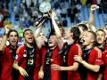 Deutschlands Nationalspieler feiern den Gewinn der EM 2009 der U21 gegen England. Deutschland gewinnt 4:0 - Im Bild zu sehen u.a. Sami Khedira und Benedikt Höwedes (AFP PHOTO/SCANPIX/Pontus Lundahl)