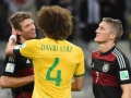 Der Brasilianer David Luiz (C) nach der 1:7 Niederlage mit Bastian Schweinsteiger (R) und Thomas Mueller im Mineirao Stadium in Belo Horizonte am 8.Juli 2014. AFP PHOTO / CHRISTOPHE SIMON