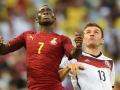Ghana's Mittelfeldspieler Christian Atsu Twasam (L) mit Thomas Mueller bei der WM 2014 am 21.June 2014.       AFP PHOTO / CARL DE SOUZA
