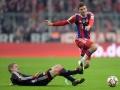 Thomas Mueller (R) gegen Leverkusen's Lars Bender (L)  AFP PHOTO / CHRISTOF STACHE