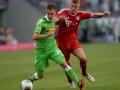 Toni Kroos (R) im Bayern Trikot gegen and Mönchengladbachs Patrick Herrmann beim Telekom Cup am 21.Juli 2013. AFP PHOTO / PATRIK STOLLARZ