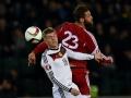 Toni Kroos (L) im Kampf mit Georgiens Levan Mchedlidze  AFP PHOTO / PATRIK STOLLARZ