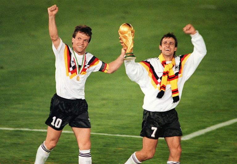 Lothar Matthaeus (L) und Pierre Littbarski feiern nach dem Sieg 1:0 gegen Argentinien ab 08.Juli 1990 in Rom. AFP PHOTO
