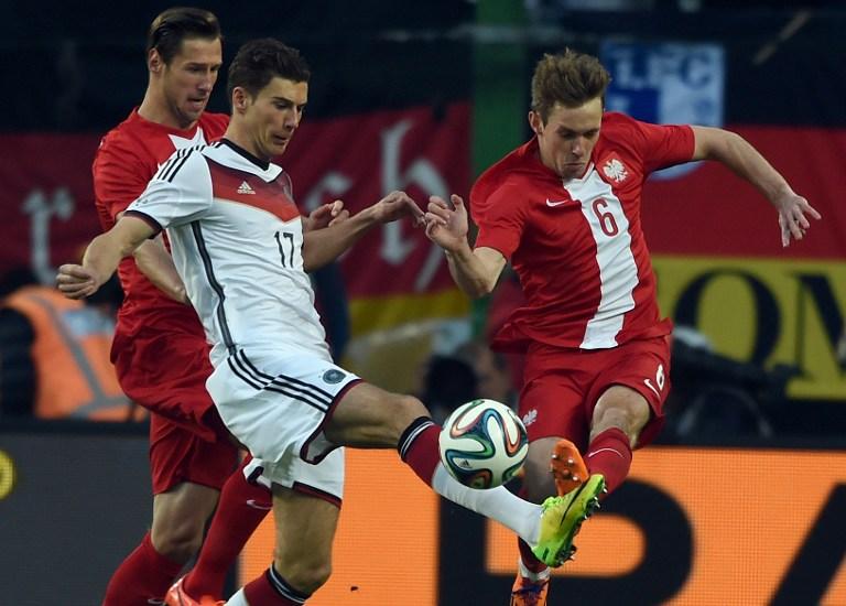 Leon Goretzka (Mitte) gegen Polens Maciej Rybus beim Länderspiel gegen Polen am 13.Mai 2014 (AFP PHOTO / PATRIK STOLLARZ)