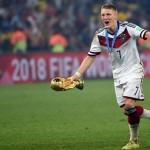 Bastian Schweinsteiger nach dem Gewinn der Weltmeisterschaft 2014 mit dem Weltpokal und im adidas Trikot (Foto AFP)