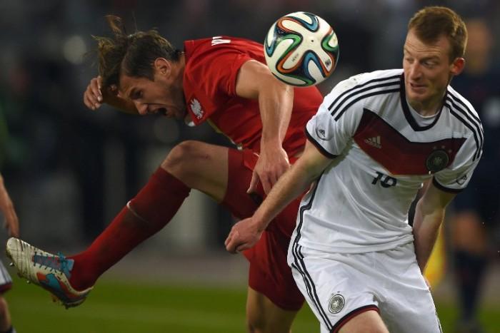 Maximilian Arnold (R) gegen Polens Pawel Olkowski beim Länderspiel am 13.Mai 2014 (AFP PHOTO / PATRIK STOLLARZ)