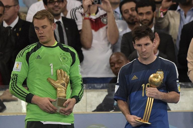 Manuel Neuer als bester Torhüter der WM 2014 mit der Nummer 1 - Lionel Messi mit dem Golden Ball (AFP PHOTO / JUAN MABROMATA)