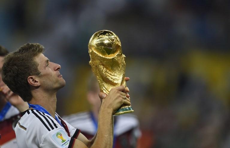Thomas Müller hält den Weltmeisterpokal 2014 in die Höhe ( AFP PHOTO / ODD ANDERSEN )