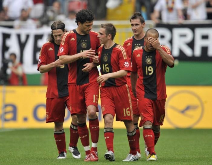 Torsten Frings,  Michael Ballack, Philipp Lahm, Miroslav Klose und David Odonkor im roten EM 2008 Auswärtstrikot (AFP Foto)