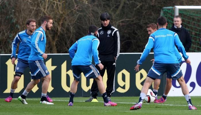 Bundestrainer Joachim Löw beim DFB-Training in Frankfurt in den blauen Trainingsanzügen des DFB (Foto AFP)