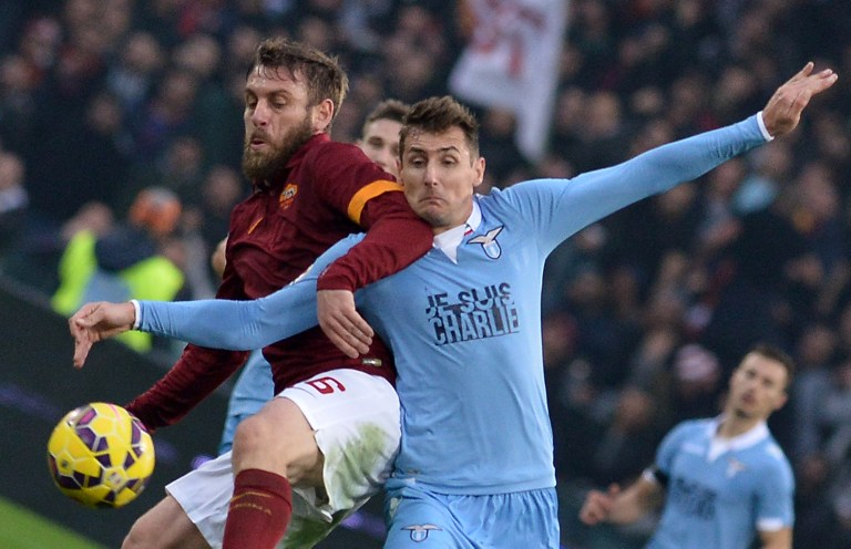 AS Rom Spieler Daniele De Rossi (L) gegen Lazio's Miroslav Klose am 11. Januar 2015 in Rome. AFP PHOTO / TIZIANA FABI