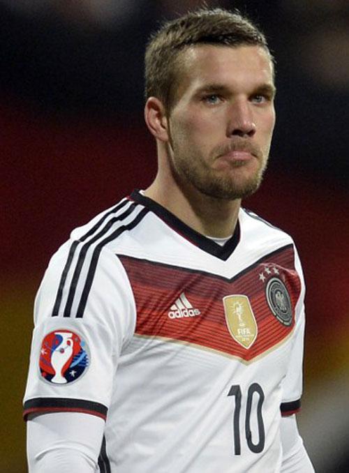 Poldi mit Vier-Sterne-Trikot und dem EM 2016 Emblem auf dem Ärmel (Foto AFP)