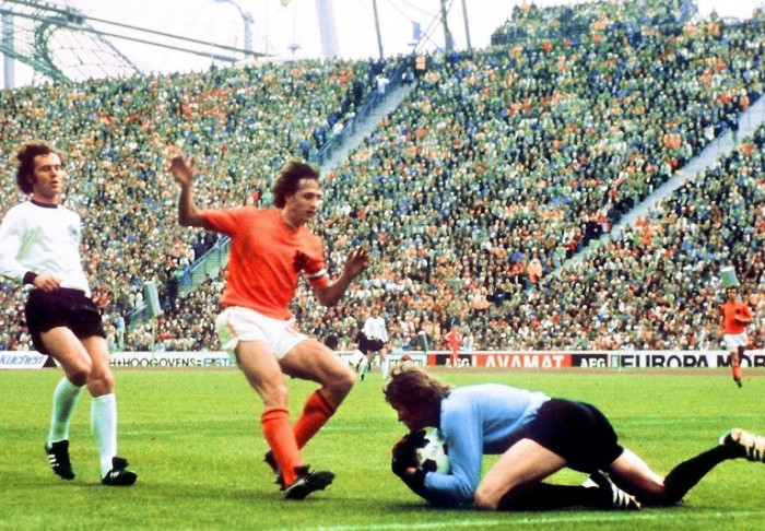Torwart Sepp Maier ist schneller als der Holländer Johan Cruyff , Verteidiger Franz Beckenbauer im Hintergrund. Am 7. Juli 1974 gewinnt Deutschland gegen Holland in Münchenmit 2:1. AFP PHOTO