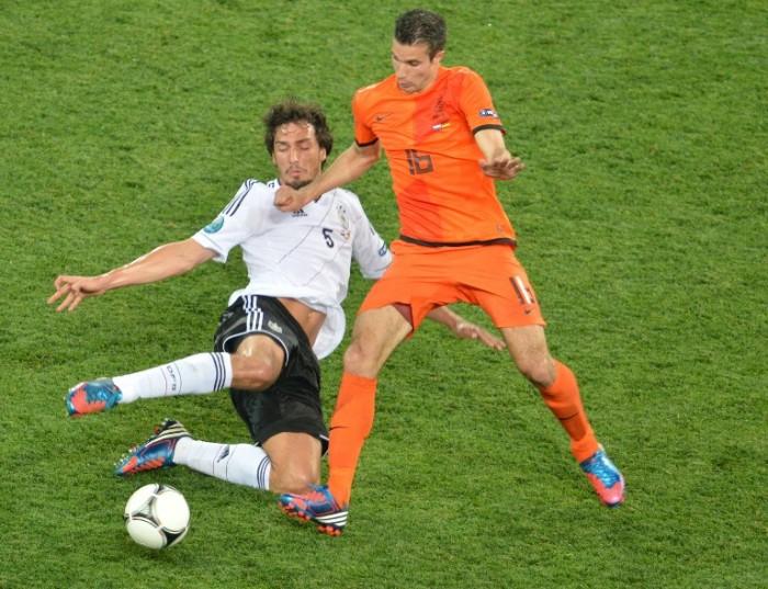 Robin van Persie (R) gegen Mats Hummels bei der EURO 2012.   AFP PHOTO / SERGEI SUPINSKY