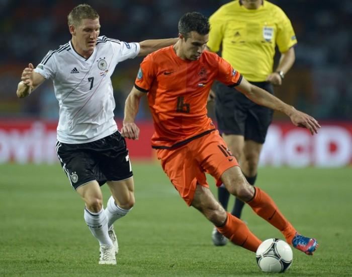Robin van Persie (R) gegen Bastian Schweinsteiger (L)  bei der EURO 2012.   AFP PHOTO / SERGEI SUPINSKY