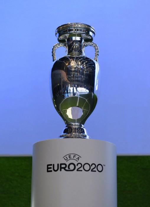 Der Pokal der Fußballeuropameisterschaft bei der Abstimmung zur Endrunde der EM 2020 in ganz Europa (Foto AFP)