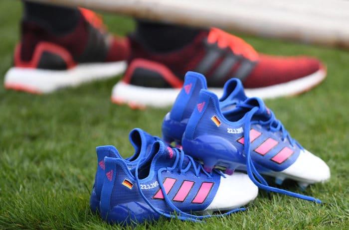 Lukas Podolski bekam extra Fussballschuhe (Adidas Ace Leather Blue Blast) zu seinem Abschiedsspiel am 22.03.2017 in Dortmund. Das zeigt, wie wichtig die Kickschuhe auch den Profis sind. AFP PATRIK STOLLARZ