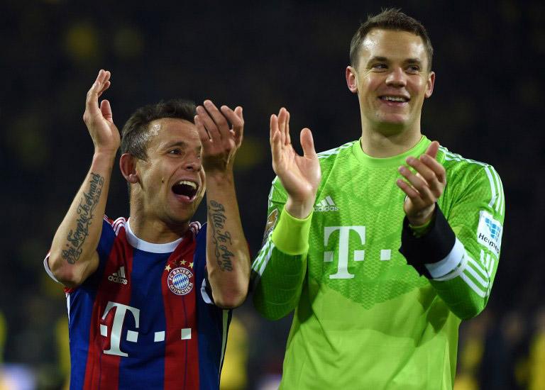 Bayerns Rafinha und Manuel Neuer (R) in den adidas Bayern-Trikots. AFP PHOTO / PATRIK STOLLARZ