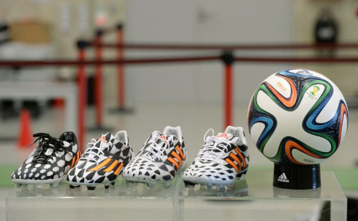 Das Bild zeigt den FIFA Spielball zur WM 2014 Brazuca und Schuhe von adidas (AFP PHOTO/CHRISTOF STACHE)