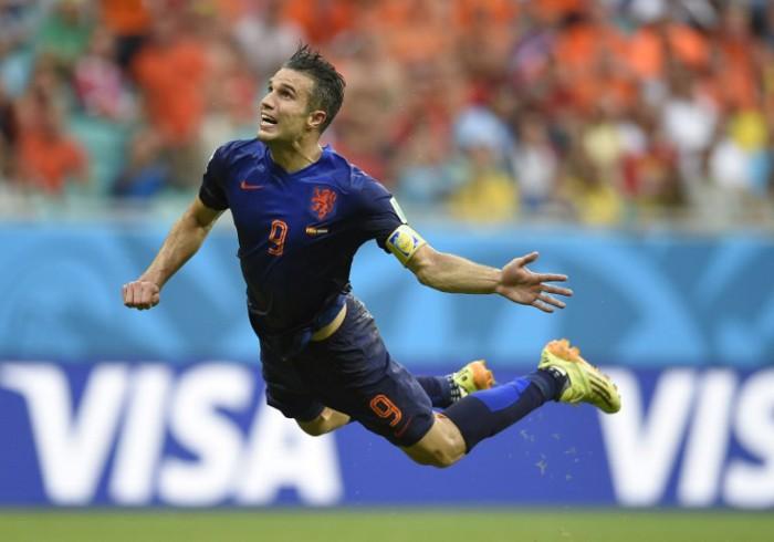 Van Persie im Holland-Trikot von Nike bei seinem 1.Tor im Auftaktspiel gegen Spanien (Foto AFP)
