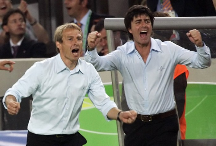 Jürgen Klinsmann (L) und der damalige Assistant coach Joachim Löw (R) zusammen bei der WM 2006 in Deutschland. AFP PHOTO / MICHAEL URBAN