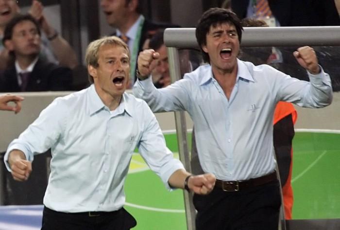 Jürgen Klinsmann (L) und der damalige Assistantstrainer Joachim Löw (R) zusammen bei der WM 2006 in Deutschland. AFP PHOTO / MICHAEL URBAN