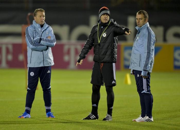 Joachim Loew (C) mit Assistenztrainer Hans Flick und Torwarttrainer Andreas Koepcke (L) am 12.11.2013 bei einer Trainingseinheit in München AFP PHOTO / GUENTER SCHIFFMANN