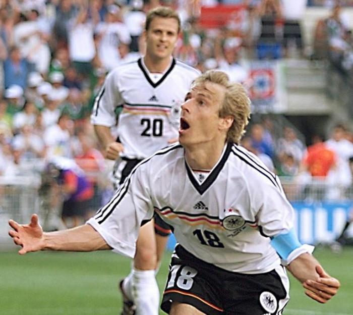 Jürgen Klinsmann bejubelt sein Tor gegen Mexiko bei der WM 1998 - im Hintergrund Oliver Bierhoff zusehen! Klinsmann mit der Rückennummer 18, Bierhoff mit der Nummer 20. (ELECTRONIC IMAGE) AFP PHOTO BORIS HORVAT
