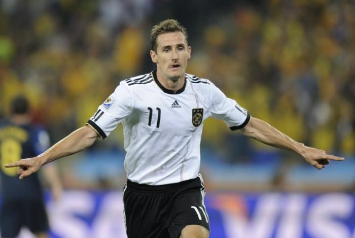 Miroslav Klose im weißen DFB Trikot 2010 (Foto AFP)