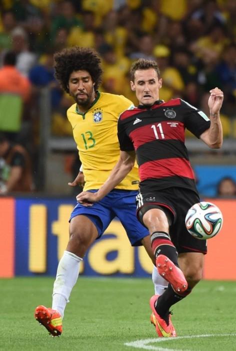 Brasiliens Dante und Miro Klose beim WM-Halbfinale. AFP PHOTO / PATRIK STOLLARZ