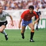 Andy Brehme bei der EM 1984 mit dem Spielball (Foto AFP)