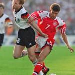 Mathias Sammer (L) und der Däne John Jensen beim EM-Finale am 26. Juni 1992 in Gothenburg. (Foto AFP)