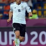 Lukas Podolski bei der EM 2012 mit dem Spielball.a AFP PHOTO / PATRIK STOLLARZ