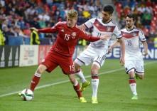 Emre Can (R) im Kampf um den Ball mit dem Dänen Nicolaj Thomsen bei der EURO U21 2015am 20.Juni 2015in Prag. AFP PHOTO/MICHAL CIZEK