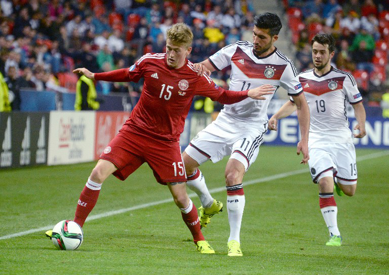 Emre Can (R) im Kampf um den Ball mit dem Dänen Nicolaj Thomsen bei der EURO U21 2015am 20.Juni 2015in Prag. AFP PHOTO/MICHAL CIZEK