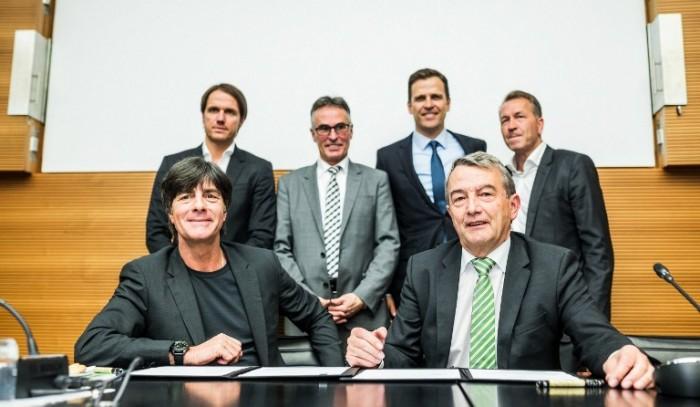 Bundestrainer Joachim Löw (L) und Wolfgang Niersbach (R), Präsident des DFB, im Hintergrund Thomas Schneider, Helmut Sandrock, Oliver Bierhoff und Andreas Koepke  (AFP PHOTO / POOL / SIMON HOFMANN)